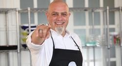 كيف أصبح جو برزا الذي اضطر للعمل في الطهو خبيراً به؟ [صوتيات]