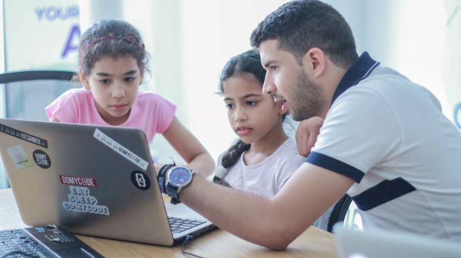 ما قصة الاهتمام المتزايد بتعليم البرمجة للأطفال؟